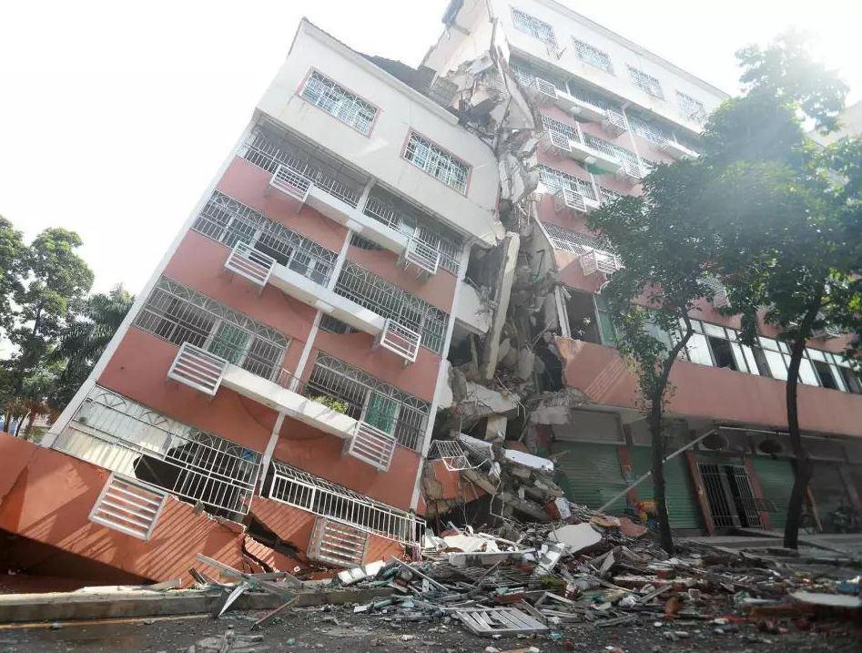 深圳一居民楼倾斜坍塌,现场触目惊心!